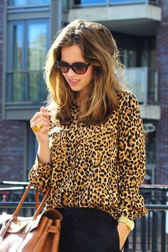 Blouse à imprimé animalier meilleures tenues Take a look at the best Animal print blouse in the photos below and get ideas for your outfits! Leopard Fashion, Animal Print Fashion, Fashion Prints, Animal Prints, Looks Street Style, Looks Style, Style Me, Look Fashion, Fashion Beauty