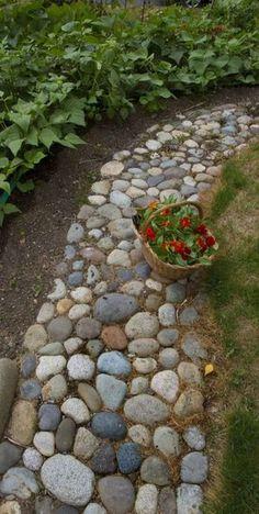 Allée de jardin avec des galets