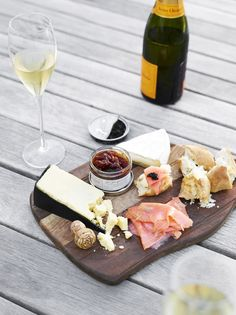 Toby Scott shares his ideal appetiser for kicking off NY Eve celebrations via EST magazine (Cheese Plate Picnic) Tapas Recipes, Wine Recipes, Detox Recipes, Antipasto, Gula, Cheese Party, Tasty, Yummy Food, Cheese Platters