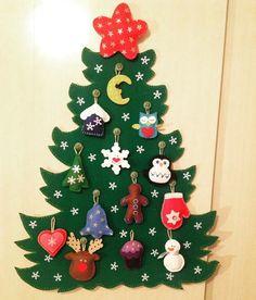 Árvore de natal em feltro, os enfeites são móveis, bons para as crianças brincarem de montar e desmontar a árvore. São 13 enfeites + 1 estrela em cima. Tem aproximadamente 40 cm de altura.