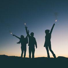 Les tags les plus populaires pour cette image incluent : friends, night, light, sky et sunset