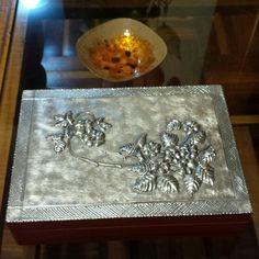 Caja repujado en aluminio.