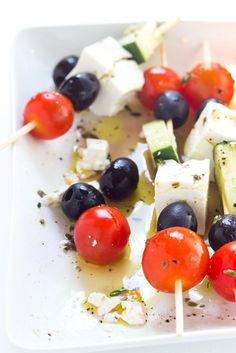 Only 4 ingredients and minimal prep! These greek salad skewers are crowd… Recipes Appetizers And Snacks, Appetizers For Party, Salad Recipes, Spicy Pretzels, Work Lunch Box, Greek Vinaigrette, Pineapple Desserts, Best Side Dishes, Feeding A Crowd
