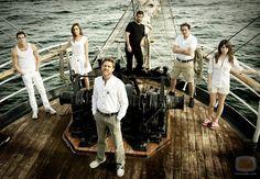 El barco, el barco series. Antena 3. primera, segunda y tercera temporada.  Excelente serie de entretenimiento, aprendes muchisimas cosas.   Ulises, Ahinoa, Gamboa, Piti, etc.