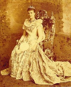 Portuguese Royal Family, Portuguese Empire, Amelie, European Dress, Kaiser, Women In History, Crown Jewels, Historical Clothing, King Queen