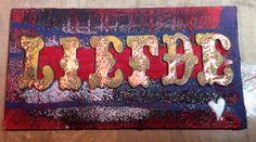 Ondergrond is een canvas kaft van een oud boek. Met modeling paste een beetje reliëf gemaakt door een sjabloon.  Zwarte gesso erop. Verder met diverse kleuren distress paint en embossing poeders.   Chipboard letters van Tim Holz, bewerken met distress paint en embossing poeder. Plakken op een stukje gerafelde stof met wat garen erachter.