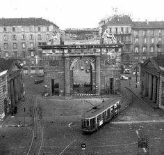 Porta Ticinese quando ancora ci passavano i tram Old Images, Old Pictures, Old Photos, Vintage Photos, Vintage Italy, Italian Beauty, Architecture Drawings, Milan Italy, Central Europe