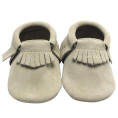 Babyslofjes | Slofjes Suède Zand | Sayoyo | Maat 19 tm 23 | €23.95 | Franjes | #moccasins #babymoccasins #babyslofjes #lerenslofjes #babyschoentjes