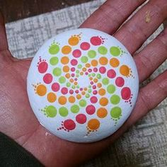 Rock Painting Patterns, Rock Painting Ideas Easy, Dot Art Painting, Rock Painting Designs, Pebble Painting, Stone Painting, Painting Tutorials, Mandala Painted Rocks, Painted Rocks Craft