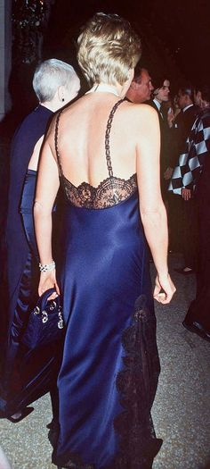 Met Ball, Diana had been a bit iffy about the cut of the dress and suggested that she didn't think Prince William would like it being so bare Princess Diana Family, Princess Of Wales, My Princess, Diana Williams, Diana Fashion, Lady Diana Spencer, Glamour, Queen, Evening Dresses