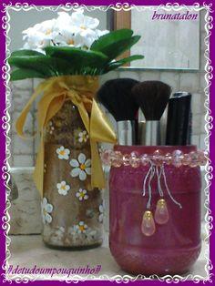 Vidros de maionese e azeitona, um pintado com flores branca, outro pintado com esmalte de unhas e decorado, (Bruna Talon)