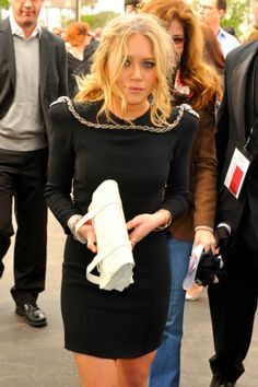 I'd kill for that white Proenza clutch.