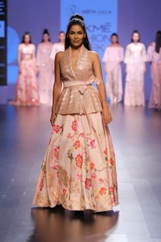 Payal Khandwala What a stunning free-flowing collection! The pieces in this collection feature gorgeous silks and sheer fabrics draped in. Lakme Fashion Week, India Fashion, Asian Fashion, Pakistani Outfits, Indian Outfits, Celebrity Fashion Outfits, Celebrity Style, Celebrities Fashion, Pakistani Bridal Couture
