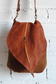 Rucksack Leder-Handtasche mit Blatt-Schlag. Umwandelbar nach der Gelegenheit. Braune Farbe. Der Schlag hat eine Reißverschluß-Tasche als die Handtasche. Futter mit Innenreißverschluß-Tasche....