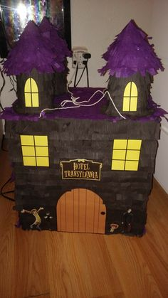 Hotel Transylvania Pinata made from cardboard boxes, crepe paper and plastic plates. And just printed out some characters. Hotel Transylvania Characters, Festa Hotel Transylvania, Hotel Transylvania Birthday, Dulceros Halloween, Halloween Projects, Halloween Themes, Halloween Decorations, Birthday Pinata, Zombie Birthday Parties