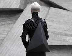 Kiev-based designer Konstantin Kofta, who founded the label Kofta, has drawn inspiration from a fundamental component of Euclidean Geometry, the Platonic Solid, in his new design of bags and backpacks. Moda Cyberpunk, Cyberpunk Fashion, Issey Miyake, Dark Fashion, High Fashion, Ny Fashion, Costume Original, Neo Futurism, Mode Sombre