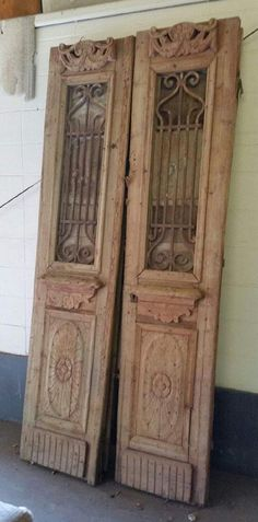 Ideas for vintage door repurposed architectural salvage Vintage Screen Doors, Old Screen Doors, Wooden Screen Door, Old Doors, Barn Doors, Kitchen Patio Doors, Modern Patio Doors, Front Door Paint Colors, Painted Front Doors