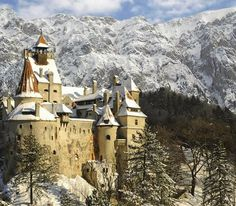 Dracula's Castle (Bran Castle), Brasov - Romania - Watch videos http://destinations-for-travelers.blogspot.com/2013/10/castelo-do-dracula-castelo-de-bran-brasov-romenia.html