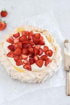 Pavlova med vaniljkräm och jordgubbar