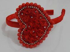 Linda Tiara flexível forrada com cetim vermelho e coração bordado com pérolas , strass e rococós rosa. Um luxo. Exclusivo. R$ 19,90