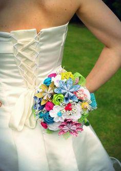 Pop, Des fleurs en papier pop pour égayer une robe (un peu trop) classique.