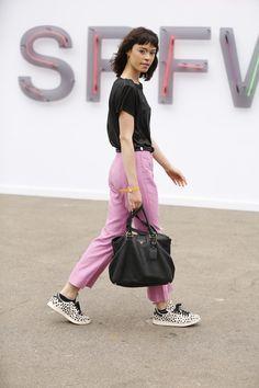 Para os primeiros dias de SPFW N42, os fashionistas enfrentaram o tempoinstável de calor e chuva com looks de cores vivas e acessórios metalizados; confira na galeria as imagens do street style:
