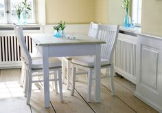 Savanna Spisebord - Spisebord i hvidmalet træ med bordplade i hasselnød. Bordet er i et rustikt udseende med en flot patineret overflade, der leder tankerne hen på den charmerende franske landstil.