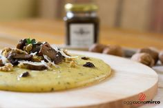 La polenta con tartufo, funghi e noci è una ricetta molto semplice da preparare, gustosa e profumatissima grazie alla salsa di tartufo che useremo.
