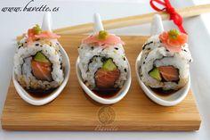 Sushi de salmón y aguacate con salsa de soja