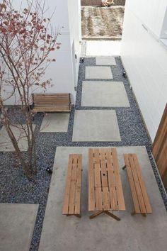 aménagement de jardin moderne avec meubles en bois et cailloux