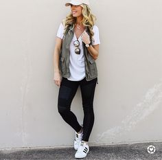 These moto leggings are one of the hottest trends this season! You will love that these look like denim jeans but pull on like leggings! These leggings are great quality and feature an elastic waist, Image source Soccer Mom Outfits, Summer Outfits For Moms, Casual Outfits For Moms, Spring Outfits, Cute Outfits, School Outfits, Soccer Mom Style, Soccer Moms, Leggings Outfit Summer Casual