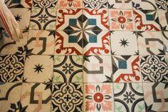 Les anciens carreaux ciment aux motifs et à la solidité inépuisables.