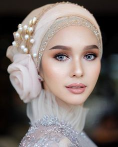 bridal jewelry for the radiant bride Muslim Wedding Gown, Muslimah Wedding Dress, Pakistani Wedding Dresses, Wedding Gowns, Wedding Cakes, Turban Hijab, Bridal Hijab, Hijab Bride, Muslim Fashion