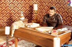 Storyboard, Queens, Ss, Ottoman, Actors, Crates, Celebs, Libros, Thea Queen