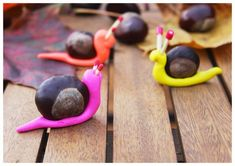 kleine Schnecken aus Kastanien und Backknete basteln. Super Idee zum Basteln mit Kindern - ganz ohne Sauerei! #diy #basteln #kinder: