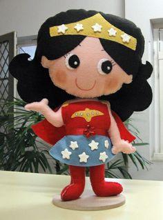 Boneca Mulher Maravilha, com 30 cm de altura, confeccionada em feltro. R$ 45,00