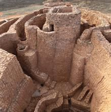 The Motilla of the Azuer, in Ciudad Real, is an archaeological site of the Bronze Age in whose interior is the oldest well of the Iberian Peninsula. Architecture Antique, Amazing Architecture, Wonderful Places, Beautiful Places, Places To Travel, Places To Go, Ancient Ruins, Ancient Artifacts, Ancient Greece