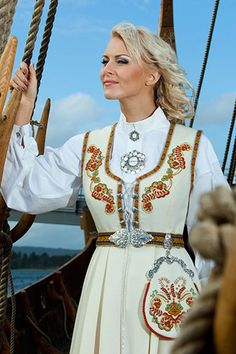 BUNADER - Segerbrandt vest Pose, Theatre Shows, A Writer's Life, Beautiful Costumes, Folk Fashion, Looking For Someone, Folk Costume, Nordic Style, Traditional Dresses