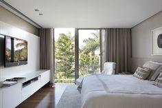 Residência na Barra da Tijuca, 800 m² / Projeto de Interiores de Paola Ribeiro #bedroom #window #view