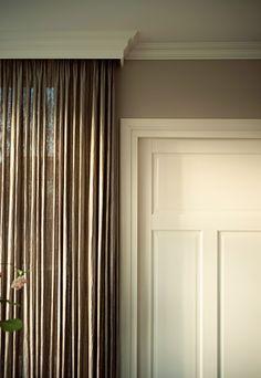 Mooi contrast gekleurde inbetween en lichte sierplint aan plafond en om de deur -Binnenkijken bij Janine & Ruben