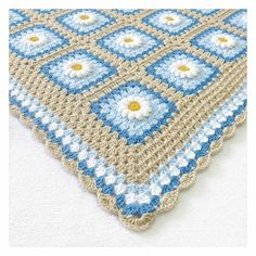 💙💙 Sıradan bir pazarı güzelleştiren mavi💙💙 °  Happy sunday🐣 ° Tarif/Pattern: Daisy granny square by Tillie Tulip on Ravelry İp/Yarn: Alize happy baby & 3mm