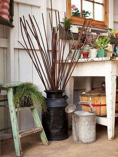 Bauerngarten gestalten das natürliche Bild alte Vintage- Gartenaccessoires Gießkanne Leiter abgeschälte Farbe