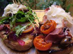Bruschette fondenti con pancetta, marmellata di cipolle rosse e fontina | Alice.tv