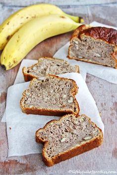 Gesundes Bananenbrot 3 sehr reife Bananen 200 g Roggenmehl 1/2 Teelöffel Zimt 100 g Apfelmus 1 Päckchen Backpulver 2 Eier 50 g gehackte Walnüsse Die Bananen gut zerdrücken. Mit allen Zutaten außer den Walnüssen zu einem gleichmäßigen Teig verrühren. Dann die gehackten Walnüsse untermischen. In einer ausgefetteten oder mit Backpapier ausgelegten Form bei 180 °C Umluft ca. 40-45 Minuten backen.