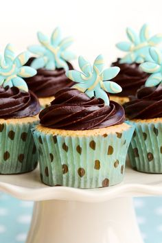 >>Love the fondant flowers with the gold overlay on them.<< Sour Cream Cupcakes with Chocolate Frosting Dessert Recipe Pretty Cupcakes, Yummy Cupcakes, Flower Cupcakes, Gourmet Cupcakes, Easter Cupcakes, Cupcake Recipes, Baking Recipes, Dessert Recipes, Cupcake Wars
