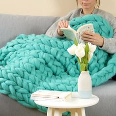 DIY: knitting a fluffy plaid without a needle - In winter, you want warmth and comfort: turn on the heating, make yourself a hot chocolate and lie - Thread Crochet, Crochet Yarn, Plaid Xxl, Diy Laine, Hand Knitting Yarn, Knit Pillow, Yarn Shop, Craft Stick Crafts, Merino Wool Blanket