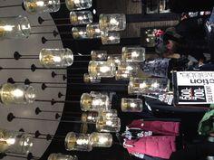 Lamper af syltrtøjsglas Mason Jar Lamp, Chandelier, Table Lamp, Design Ideas, Ceiling Lights, Interior Design, Inspiration, Home Decor, Lily