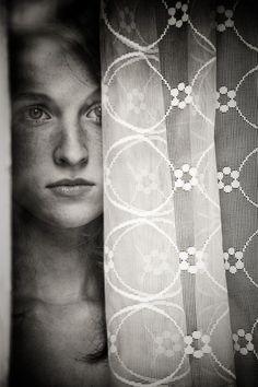 … Derrière le rideau