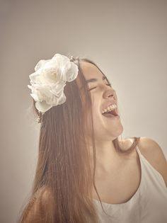 couronne de mariée fabriquée main en Bretagne par l'atelier Rosa M. Un véritable bijoux de tête pour votre mariage. Rosa M. fabrique des fleurs en soie sur mesure dans un univers bohème chic.
