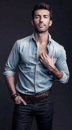 Jane the Virgin star Justin Baldoni lands in the spotlight with a feature from the June 2017 issue of Watch! Taking to the desert, TJ Manou photographs the… Jane The Virgin, Rafael Solano, Jane And Rafael, Justin Baldoni, Mode Man, Hipster Man, Book People, Father Figure, Raining Men